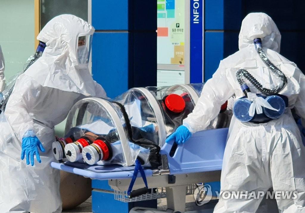 2月19日下午,在大邱市中區,一名疑似新冠病人被送入慶北大學附屬醫院。 韓聯社