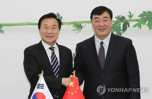 正未來黨黨首與中國駐韓大使握手