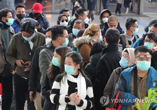 外國遊客戴口罩防疫