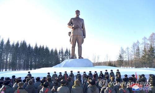 朝鮮最高人民會議代議員結束白頭山參觀