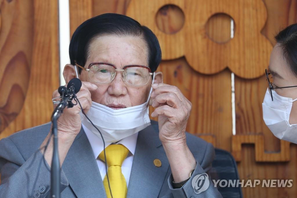 3月2日,在京畿道加平郡,李萬熙在記者會上接受提問。 韓聯社