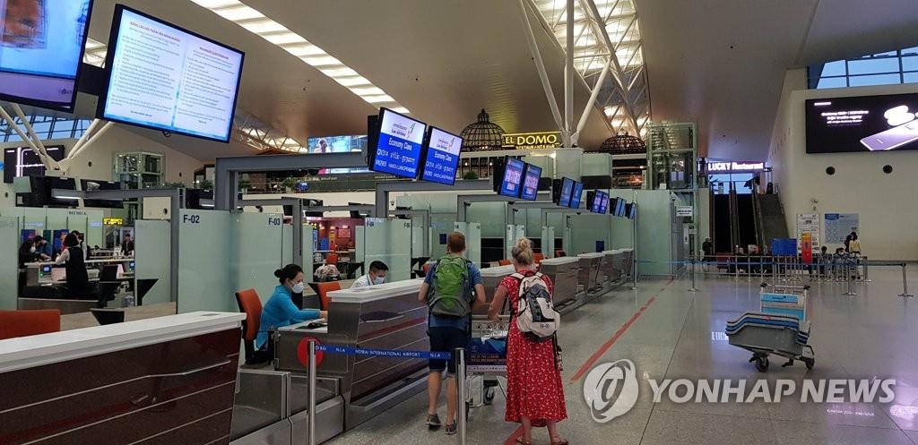 資料圖片:圖為3月5日的越南河內國際機場航空值機櫃檯。韓聯社