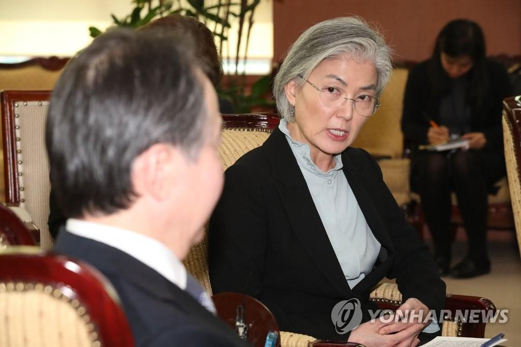3月6日,在外交部,康京和(右)與冨田浩司面談。 韓聯社