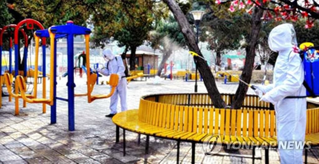 資料圖片:工作人員正在公共場所進行消毒。 韓聯社/《勞動新聞》官網截圖(圖片僅限南韓國內使用,嚴禁轉載複製)