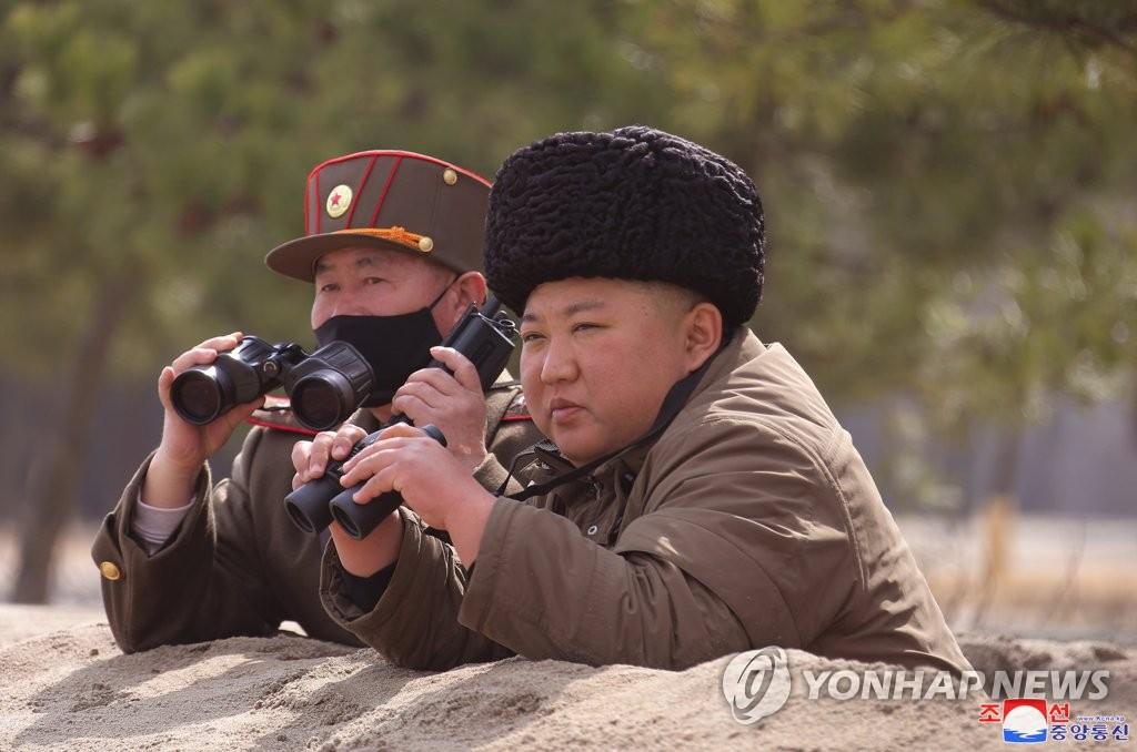 資料圖片:圖為朝中社發佈的金正恩指導火箭炮試射現場照。 韓聯社/朝中社官網截圖(圖片僅限南韓國內使用,嚴禁轉載複製)
