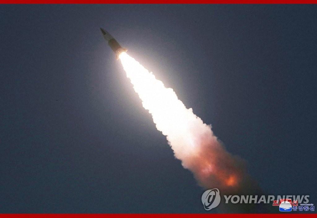據朝中社3月22日報道,朝鮮國務委員會委員長金正恩21日觀摩戰術制導武器試射現場。圖為飛行器發射升空。 韓聯社/朝中社官網截圖(圖片僅限南韓國內使用,嚴禁轉載複製)