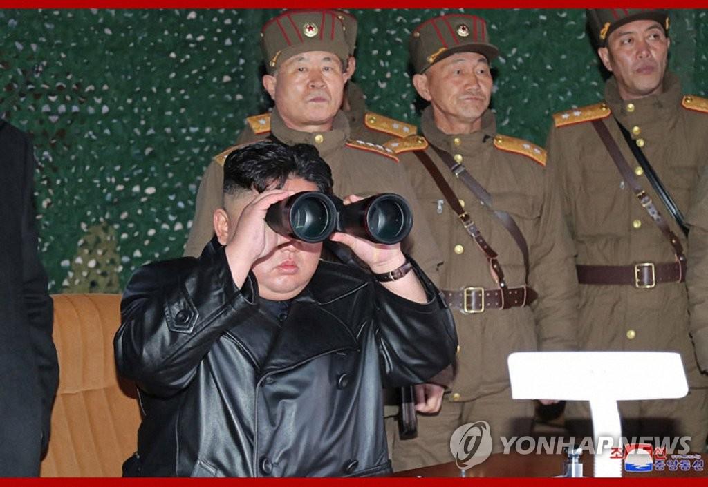 據朝中社3月22日報道,朝鮮國務委員會委員長金正恩21日觀摩戰術制導武器試射現場。 韓聯社/朝中社官網截圖(圖片僅限南韓國內使用,嚴禁轉載複製)