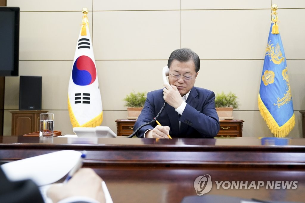 3月26日,在青瓦臺,南韓總統文在寅與加拿大總理特魯多通電話,雙方就共同抗擊新型冠狀病毒疫情的方案交換意見。 韓聯社/青瓦臺供圖(圖片嚴禁轉載複製)