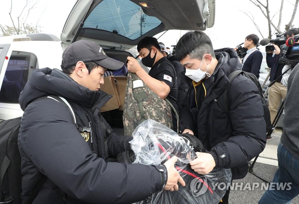 3月27日,在忠清北道鎮川郡,南韓國家隊遠動員們收拾行裝離開鎮川運動員村。 韓聯社