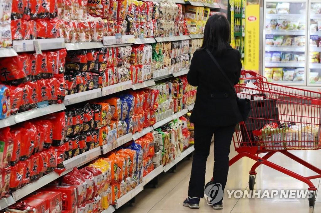 受新冠疫情影響,南韓速食麵對歐美出口增加,圖為首爾市區某大型超市的速食麵貨架,攝于4月6日。 韓聯社
