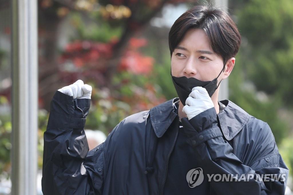 4月15日,在首爾瑞草區的一處投票站,演員樸海鎮舉手致意。 韓聯社