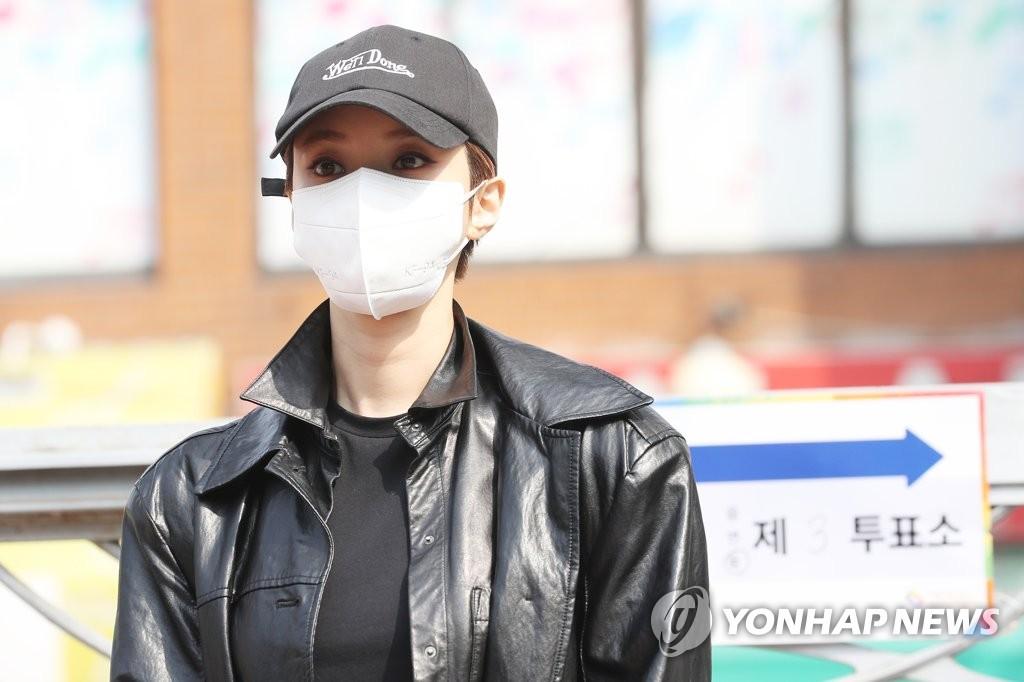 4月15日,在首爾城東區一投票站,演員高俊熙擺姿勢供媒體拍照。 韓聯社