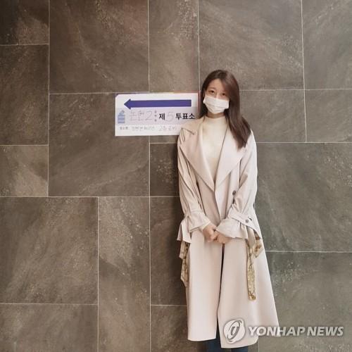 韓群星參加議員選舉投票