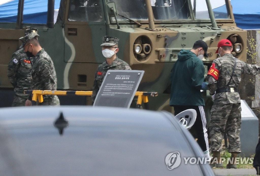 4月20日,在濟州道西歸浦市海軍陸戰隊第九旅91大隊,孫興慜(右二)進入訓練營。 韓聯社