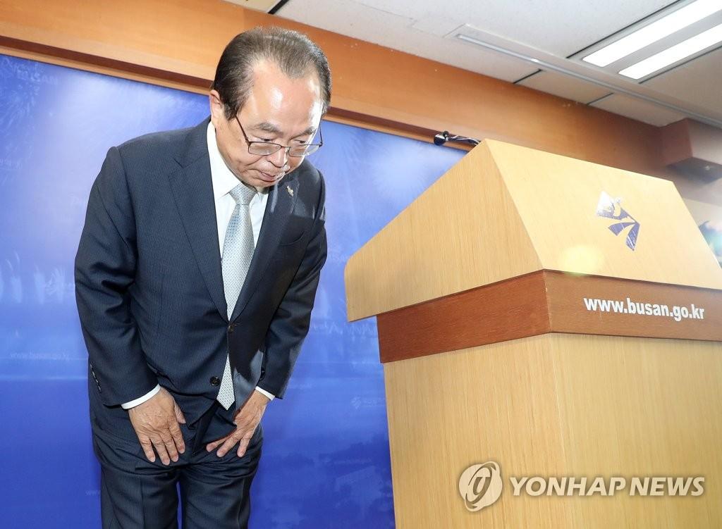 資料圖片:4月23日,釜山市長吳巨敦舉行記者會,宣佈辭去市長一職。 韓聯社