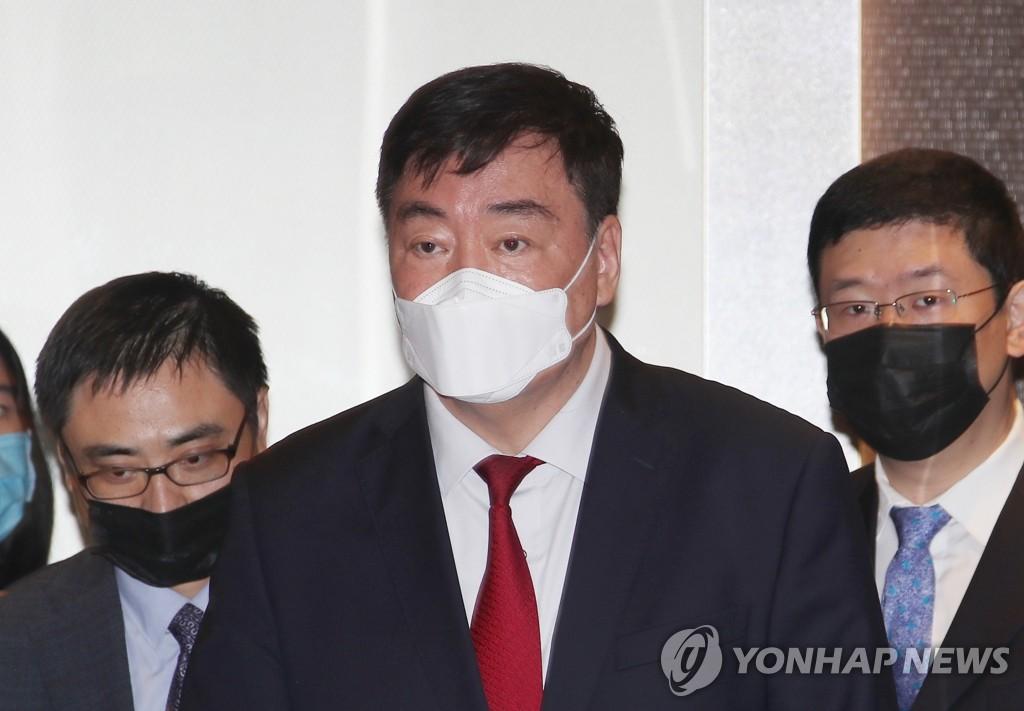 4月27日,邢海明(居中)會後走出首爾外交部大樓。 韓聯社
