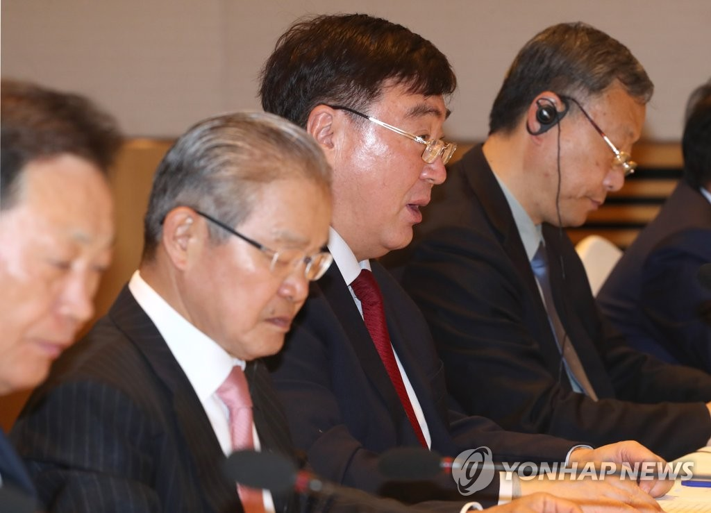 4月28日上午,在全經聯會館會議中心,邢海明(左三)出席座談會併發言。 韓聯社