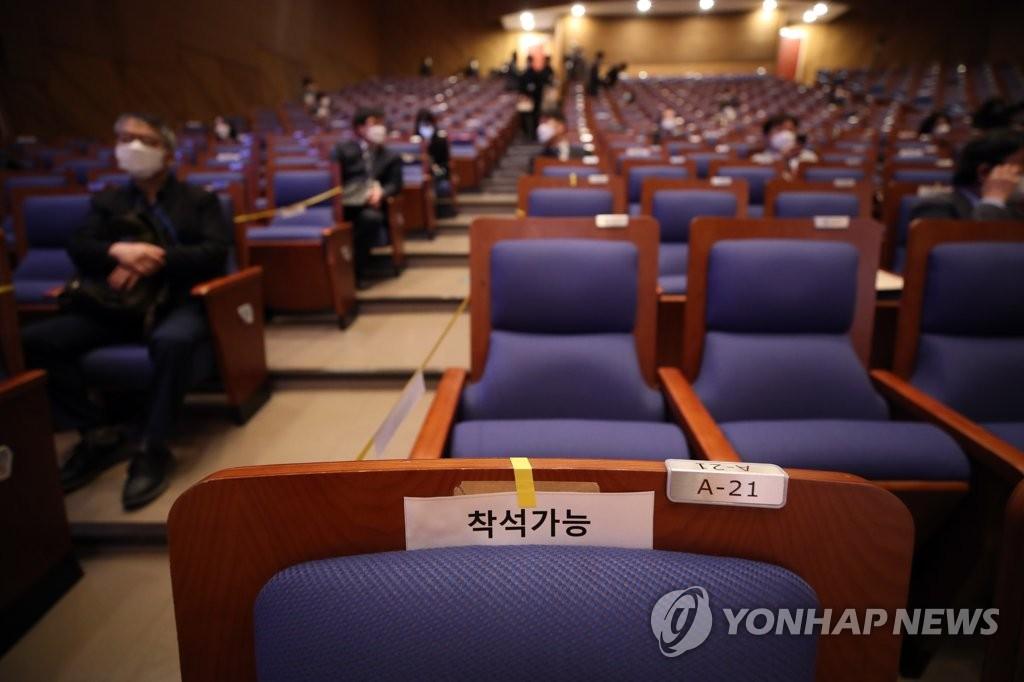 4月29日,在首爾市的國民大學,第一屆國民大學中國人文社會研究所HK+事業團國內學術會議與會人員保持人際距離。 韓聯社
