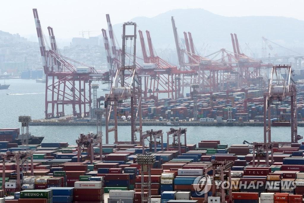 資料圖片:5月1日的釜山港集裝箱碼頭 韓聯社