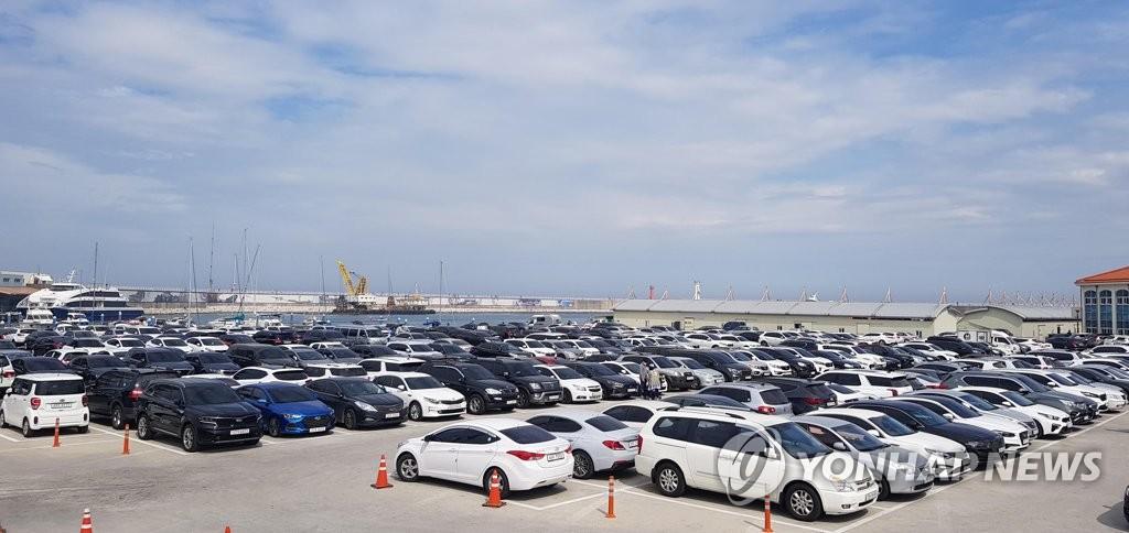 資料圖片:今年5月,江原道江陵市海邊停車場停滿車輛。 韓聯社