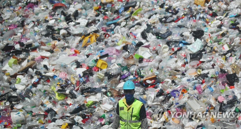 資料圖片:垃圾成山 韓聯社