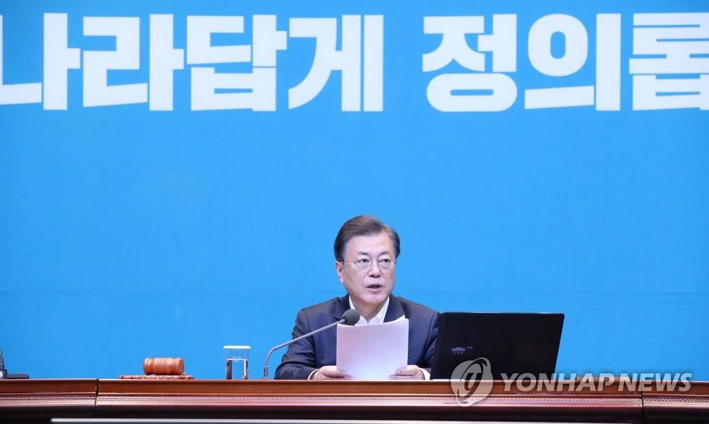 5月12日,在青瓦臺,文在寅主持召開國務會議。 韓聯社