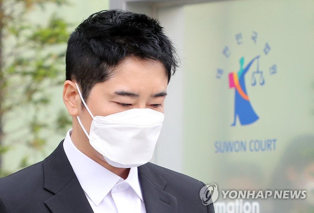 演員姜志煥走出法庭