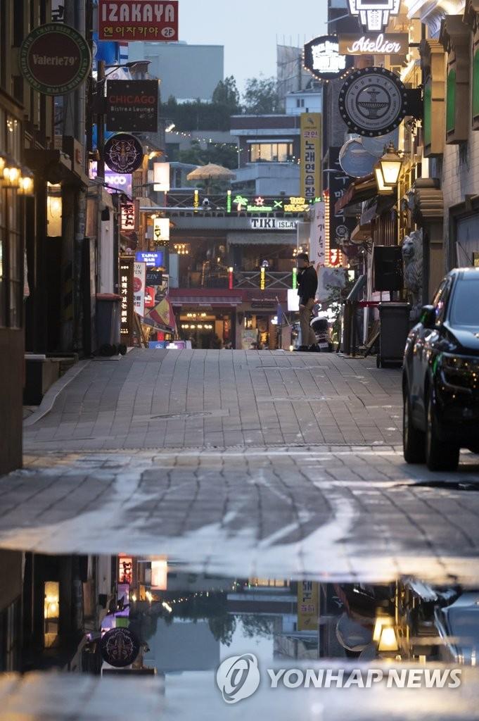 疫情下冷清的梨泰院街頭,圖片攝于5月16日。韓聯社