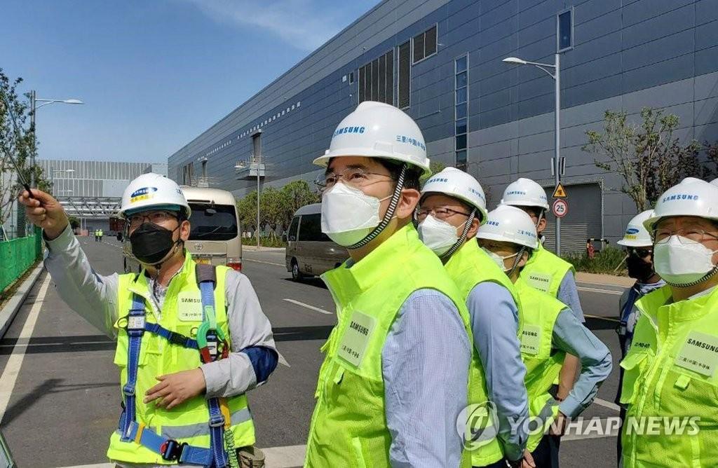 資料圖片:5月18日,三星電子副會長李在鎔(左二)視察旗下位於中國西安的半導體生產工廠。 韓聯社/三星電子供圖(圖片嚴禁轉載複製)
