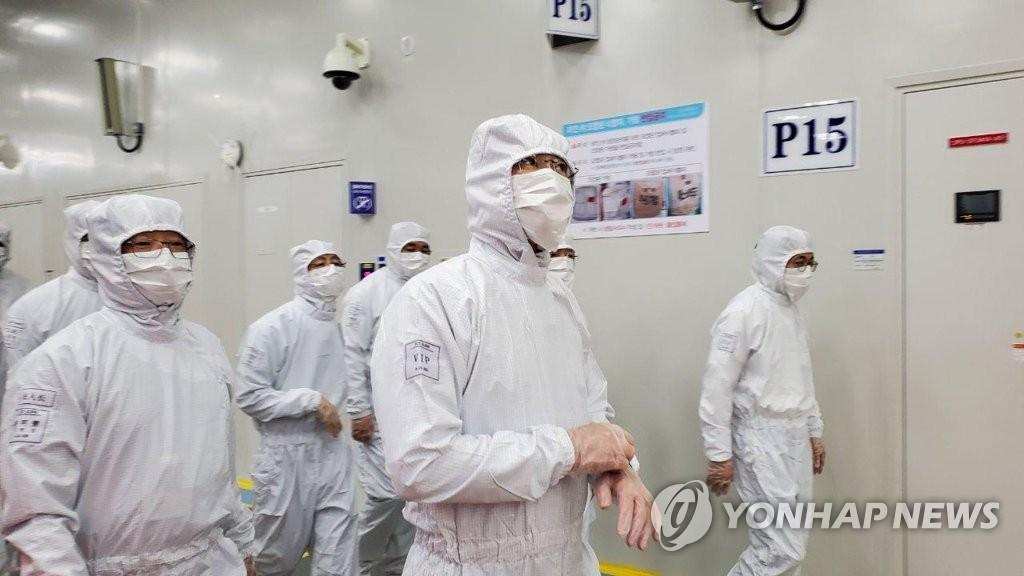 資料圖片:三星電子副會長李在鎔(右二)參觀位於中國西安的半導體生產工廠。 韓聯社/三星電子供圖(圖片嚴禁轉載複製)