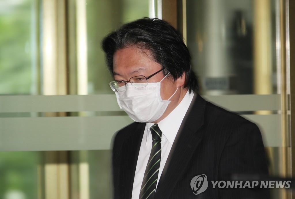 5月19日,被南韓外交部召見的日本駐韓大使館總括公使相馬弘尚進入外交部大樓。 韓聯社