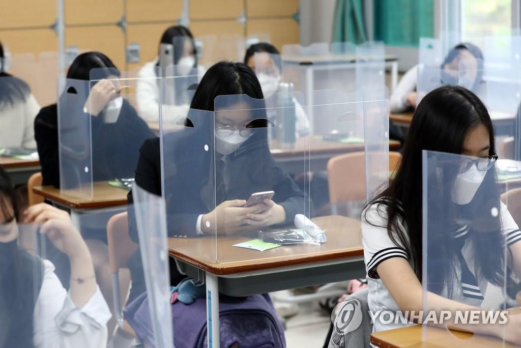 資料圖片:5月20日,在位於大田市儒城區的一所高中,高三學生們準備上課。當天,南韓高三學生時隔80天返校復課。 韓聯社
