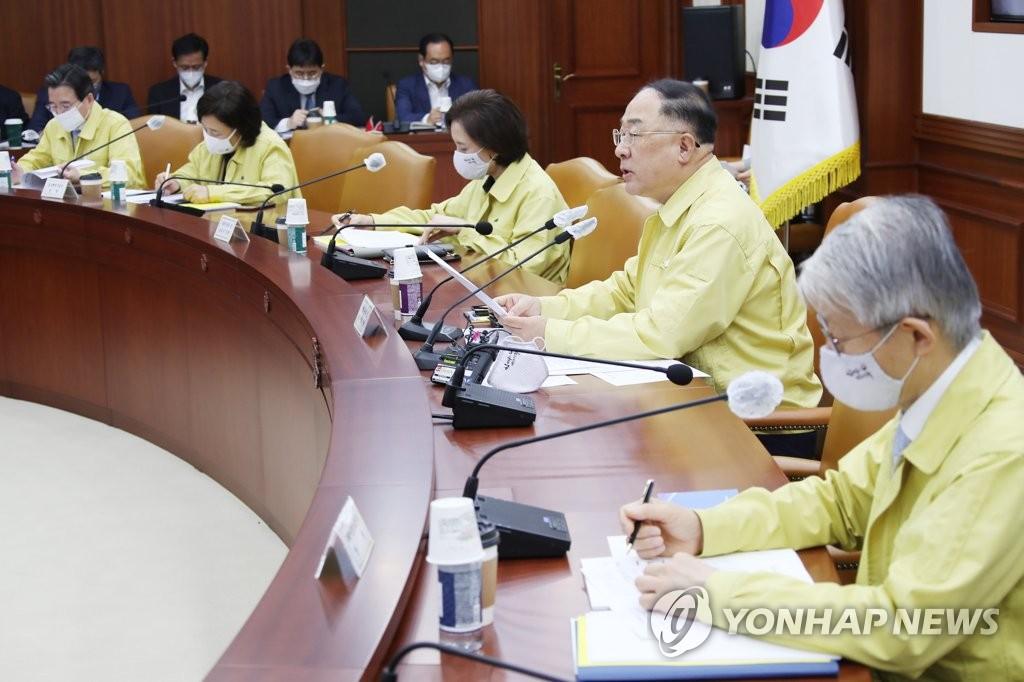 5月28日,在中央政府首爾辦公樓,洪楠基(右二)主持第五次緊急經濟中央對策本部會議。 韓聯社