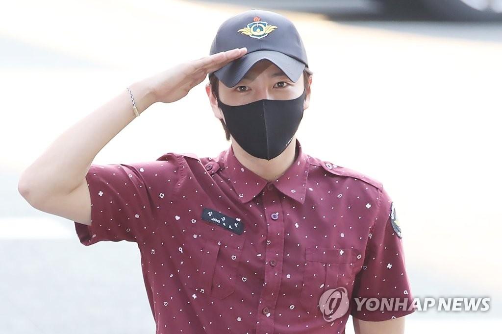 韓星張根碩服役期滿正式退伍