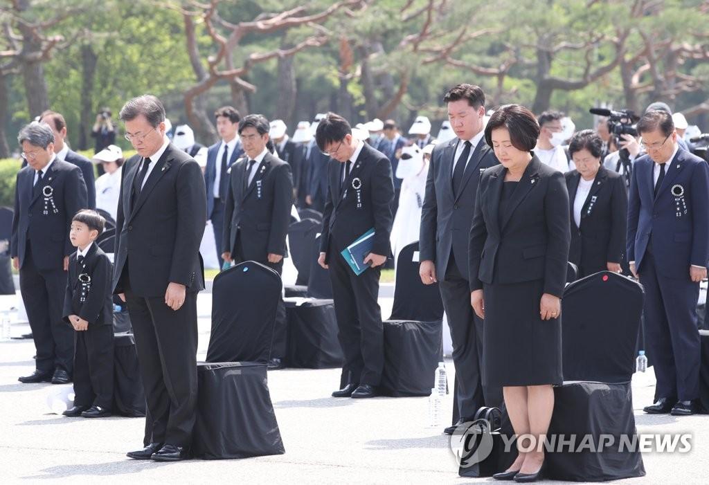 6月6日上午,文在寅(左)和夫人金正淑女士在第65屆顯忠日紀儀式上默哀。韓聯社