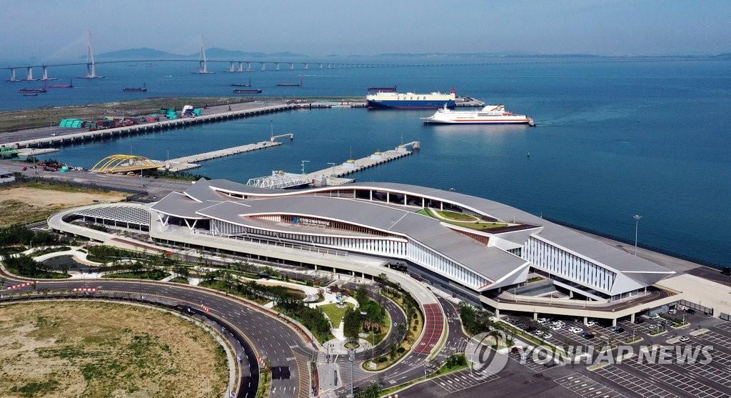 資料圖片:6月15日,在仁川市延壽區,仁川新港正式投入使用。圖為第一艘客輪駛入新客運站。 韓聯社