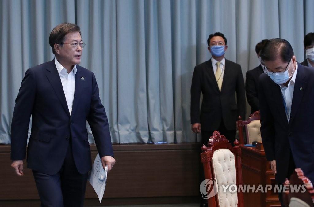 6月15日,在青瓦臺,文在寅(左)出席首席秘書與輔佐官會議。 韓聯社