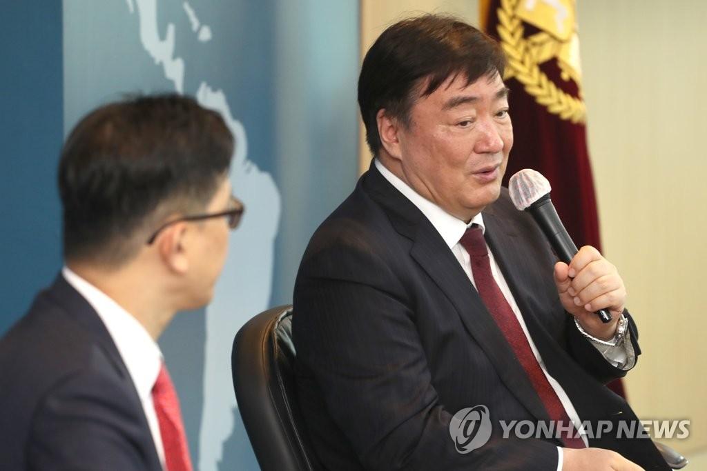 6月17日,在首爾大學,中國駐韓大使邢海明(右)在座談會上發言。 韓聯社