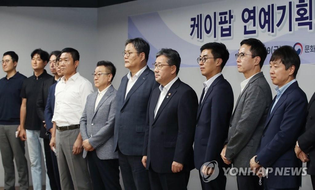 樸良雨(右四)出席演藝音樂界人士座談會 韓聯社