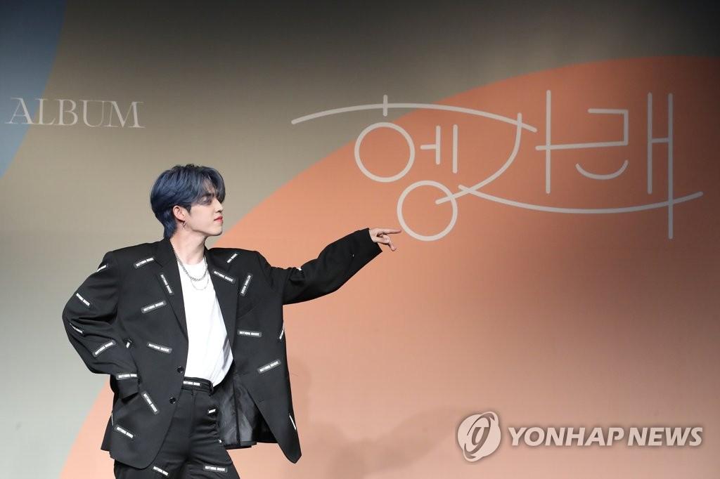6月22日下午,在首爾COEX洲際酒店,男團SEVENTEEN舉行迷你七輯《Heng:garæ》發佈會。圖為成員S.COUPS擺姿勢供拍照。 韓聯社