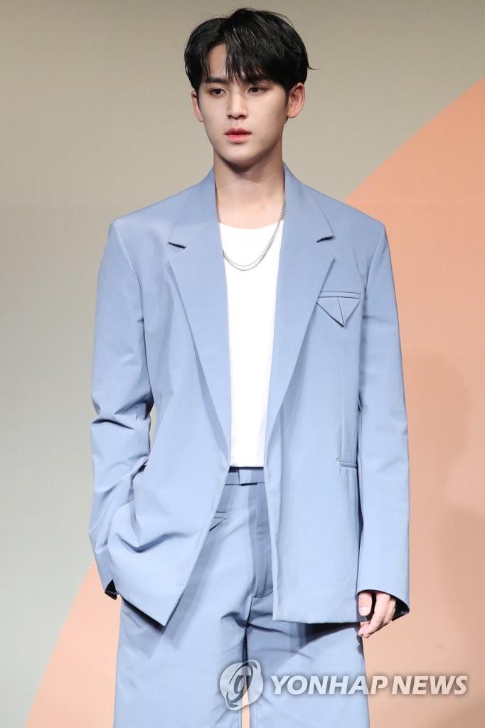 6月22日下午,在首爾COEX洲際酒店,男團SEVENTEEN舉行迷你七輯《Heng:garæ》發佈會。圖為成員Mingyu擺姿勢供拍照。 韓聯社