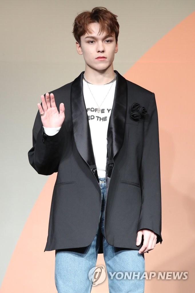 6月22日下午,在首爾COEX洲際酒店,男團SEVENTEEN舉行迷你七輯《Heng:garæ》發佈會。圖為成員Vernon擺姿勢供拍照。 韓聯社