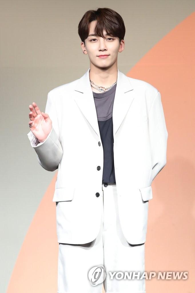 6月22日下午,在首爾COEX洲際酒店,男團SEVENTEEN舉行迷你七輯《Heng:garæ》發佈會。圖為成員Jeonghan擺姿勢供拍照。 韓聯社
