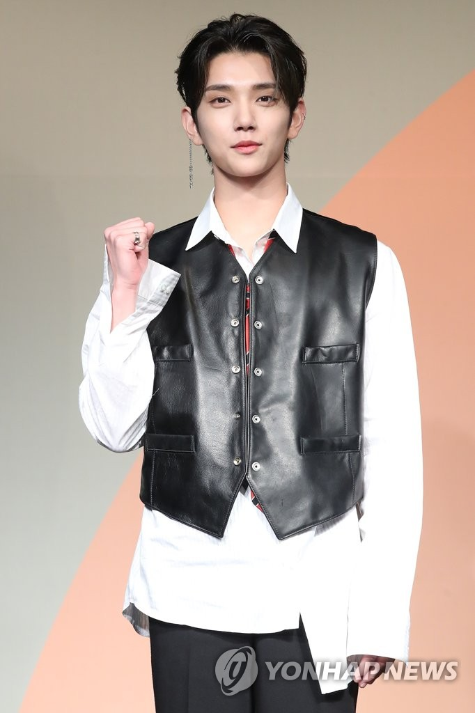6月22日下午,在首爾COEX洲際酒店,男團SEVENTEEN舉行迷你七輯《Heng:garæ》發佈會。圖為成員Joshua擺姿勢供拍照。 韓聯社