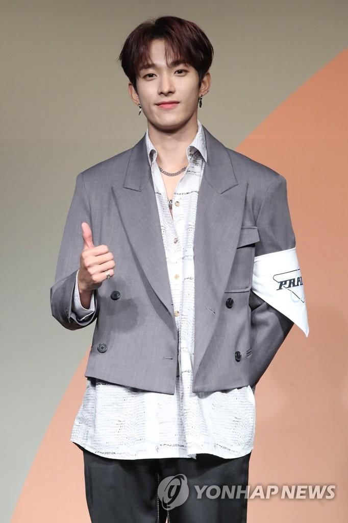 6月22日下午,在首爾COEX洲際酒店,男團SEVENTEEN舉行迷你七輯《Heng:garæ》發佈會。圖為成員DK擺姿勢供拍照。 韓聯社