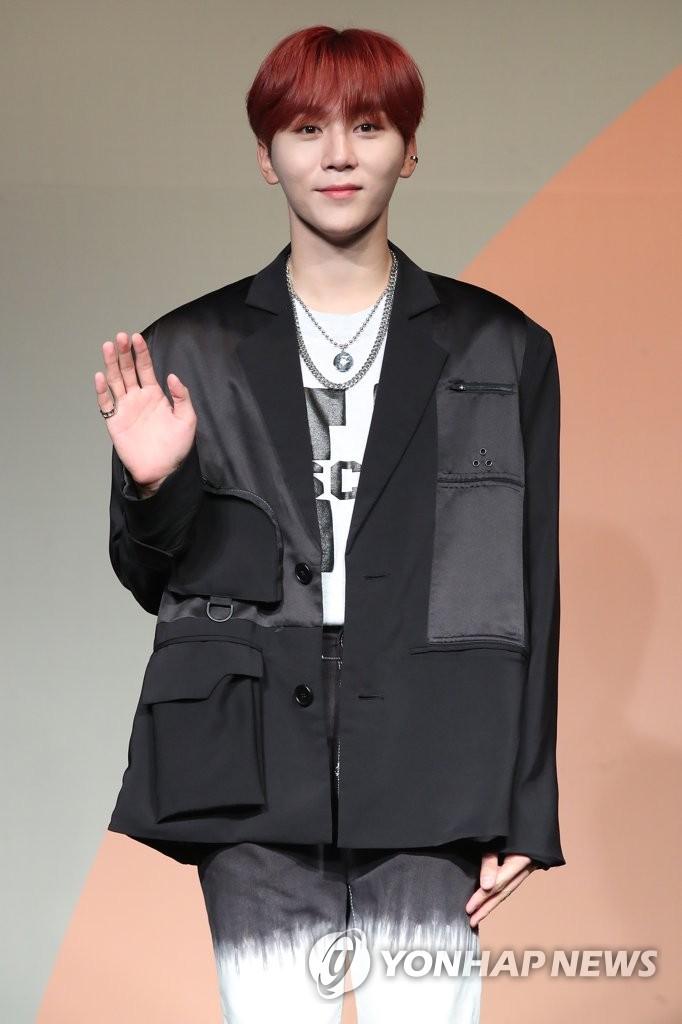 6月22日下午,在首爾COEX洲際酒店,男團SEVENTEEN舉行迷你七輯《Heng:garæ》發佈會。圖為成員SeungKwan擺姿勢供拍照。 韓聯社