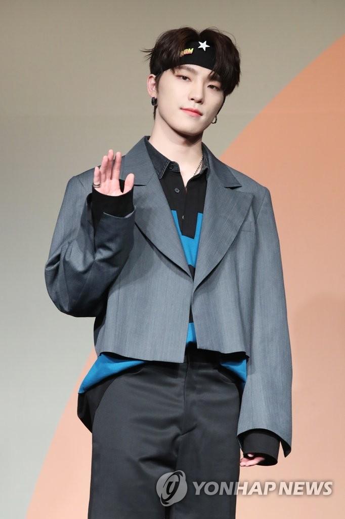 6月22日下午,在首爾COEX洲際酒店,男團SEVENTEEN舉行迷你七輯《Heng:garæ》發佈會。圖為成員Dino擺姿勢供拍照。 韓聯社