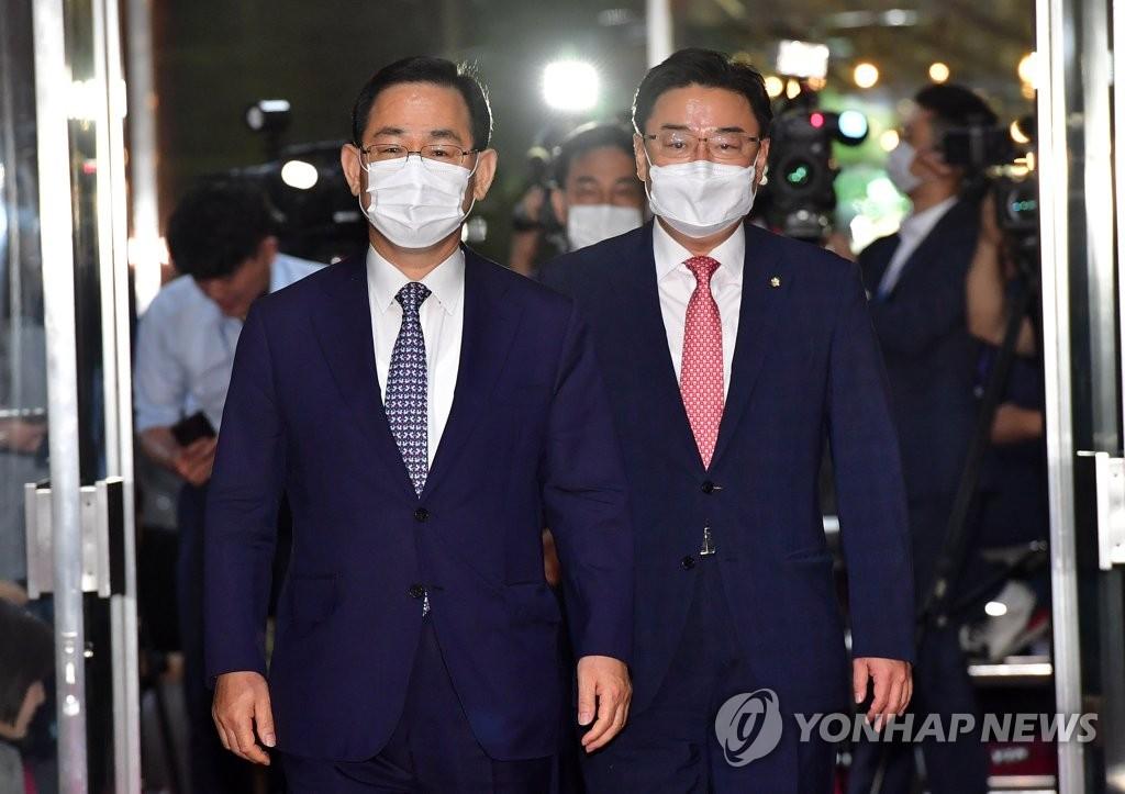 6月29日,統合黨黨鞭(左)朱英豪和國會首席副代表金成願進入國會準備與執政黨就成立常任委員會進行磋商。 韓聯社