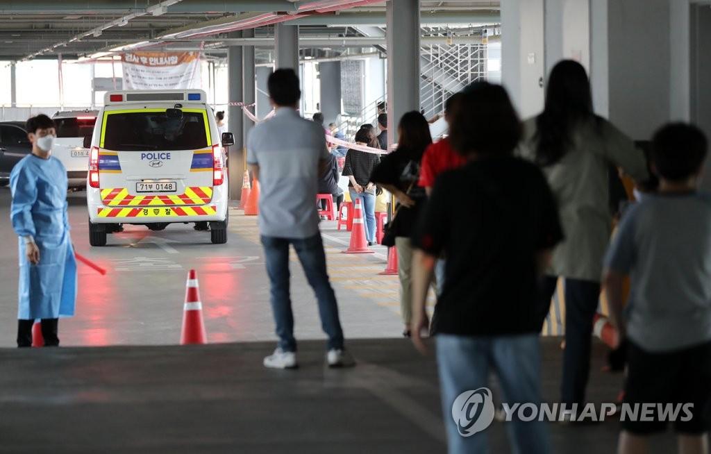 資料圖片:6月29日,在位於光州市的一處篩查診所,市民們排隊待檢。 韓聯社