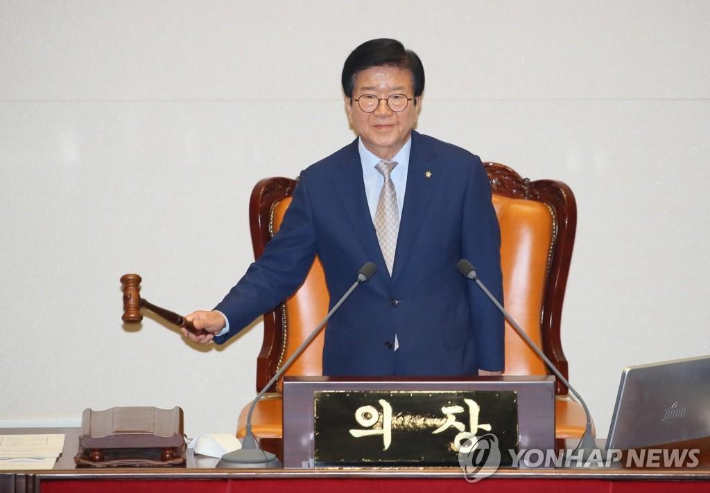 6月29日,在南韓國會,第21屆國會上半期議長樸炳錫在敲槌。 韓聯社